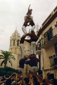 24-8-1993: Tres de sis de la Jove de Sitges a la plaça de l'Ajuntament durant la Sortida d'Ofici