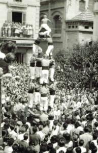 24-8-1947: 4 de 6 net a la plaça de l'Ajuntament a càrrec de la Colla Vella de Valls a la Sortida d'Ofici
