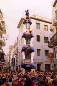 4-10-1981: Torre de set carregada dels Castellers de Sitges al Cap de la Vila de Sitges durant el Dia del Casteller