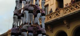 9 de 8 dels Minyons de Terrassa a la Plaça de l'Ajuntament de Sitges