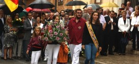 Ofrena floral de l'any passat de la Colla Jove de Castellers de Sitges