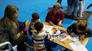 Nens pintant a  l'espai de la Jove